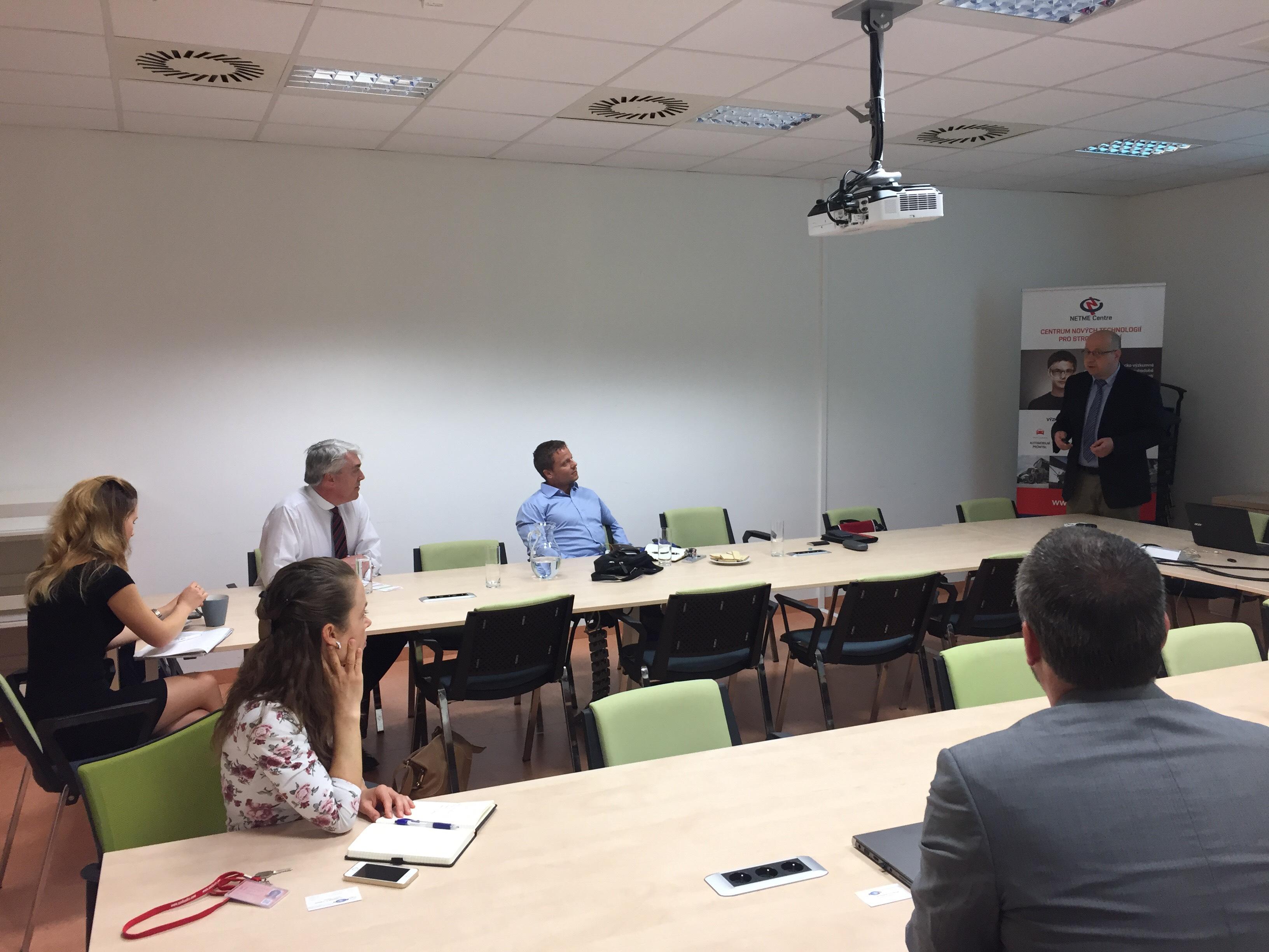 Setkání ředitele ONR Global s výzkumníky z FSI